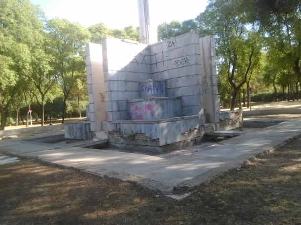 parque-de-amate-fuente-mausoleo-sin-funcionar