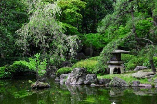 linterna-estanque-y-piedra