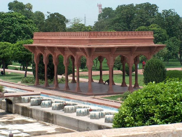 shalamar_garden_jeast_side_red_pavilion_on_second_level