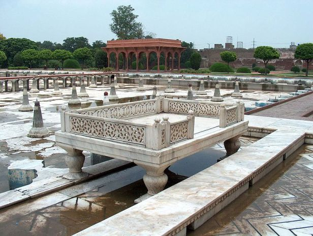 shalamar_garden_july_14_2005-sideview_of_marble_enclosure_on_the_second_level