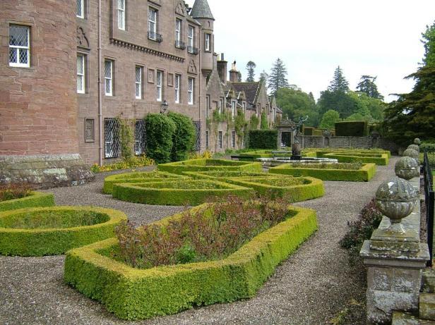 glamis-castle-gardens-6