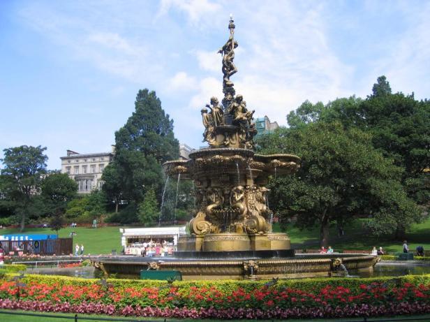 princes_street_gardens_edinburgh_scotland-ross-fountain