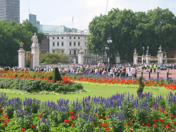 buckingham-palace-queen-victoria-memorial-gardens