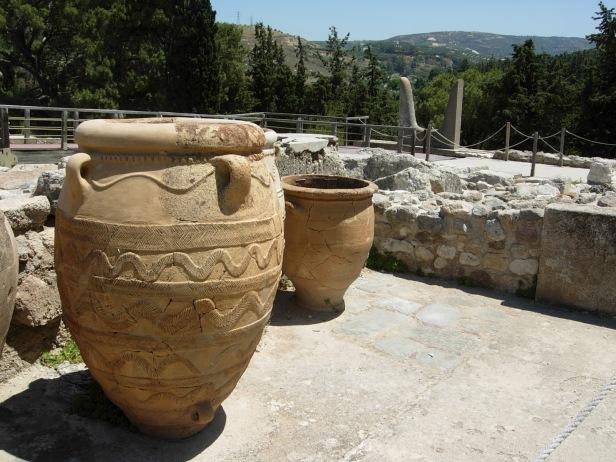 grecia-palacio-de-cnossos-donde-podemos-ver-dos-tinajas-minoicas-de-las-usadas-para-conservacion-de-vision_juctas_desde_cnossos_tartessosyloinvisible426