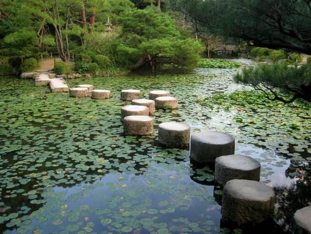 japon-caminando-entre-piedras-en-el-jardin-de-la-primera-palacio-imperial-de-kioto-estas-piedras-eran-originalmente-parte-de-un-puente-del-siglo-16-sobre-el-rio-kamo-que-fue-destruida-por-un-terre