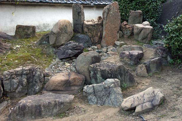 japon-elementos-ankokuji-rocas-de-diferentes-tamanos-y-colores-pero-armonioso