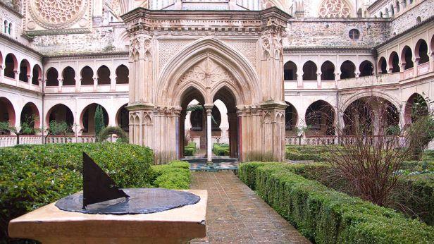 e-claustro-del-real-monasterio-de-santa-maria-de-guadalupe-guadalupe-caceres-real_monasterio_de_nuestra_senora_de_guadalupe-_claustro