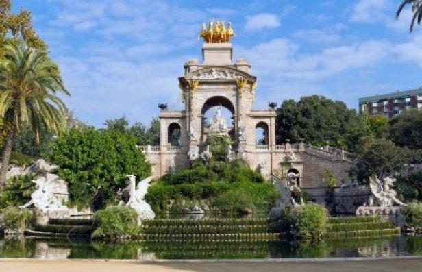 parc-de-la-ciutadela-cascadas-ubicadas-en-parque-de-la-ciutadella-en-barcelona-espana